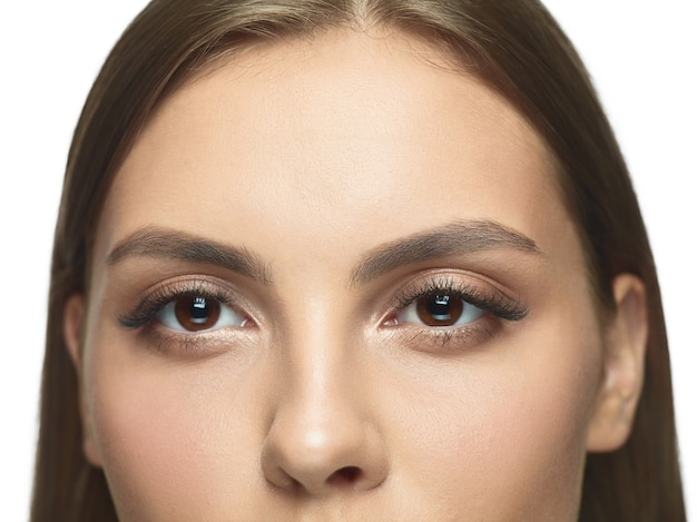 Close-upportret van de ogen van de jonge vrouw zonder rimpels.