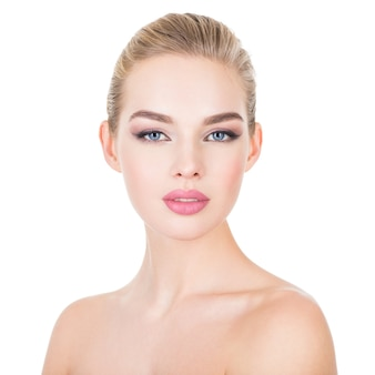 Close-upportret van een jonge mooie vrouw met gezondheidshuid van een gezicht.