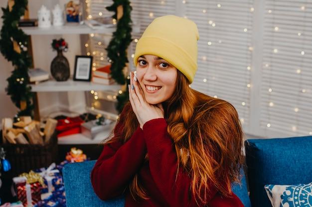 Close-upportret van een jonge vrouw in het binnenland van het nieuwjaar