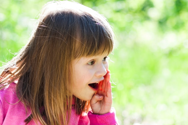 Close-upportret van een klein mooi meisje met het schreeuwen gezichtsuitdrukking