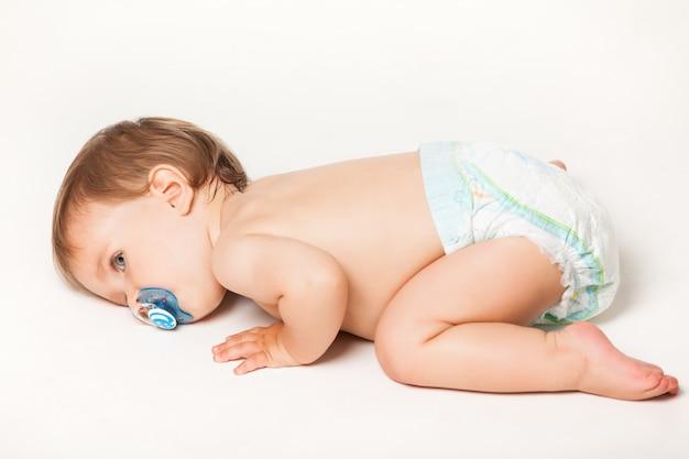 Close-upportret van een kleine baby met model