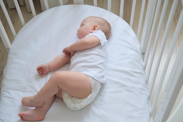 Close-upportret van een kleine slapende baby in een wieg