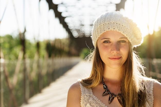 Close-upportret van een meisje in de herfstpark.