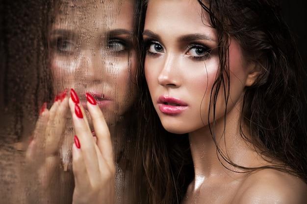 Close-upportret van een mooi model met een lichte samenstelling en rode lippen.