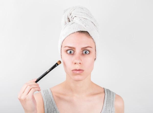 Close-upportret van een vrouw die droge kosmetische tonale stichting toepast