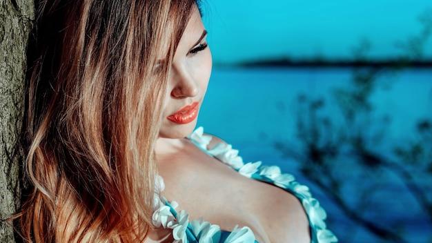 Close-upportret van een vrouw in een turquoise zwempak