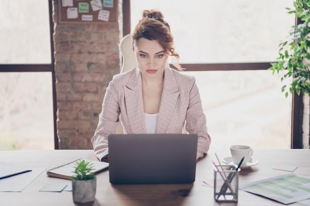 Close-upportret van gerichte geschoolde laptop van het damewerk