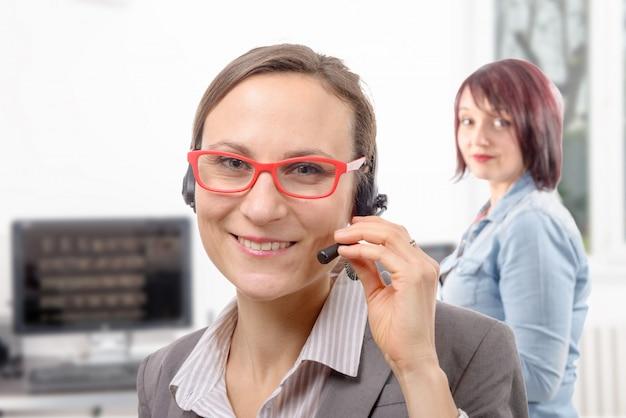 Close-upportret van glimlachende jonge vrouw met hoofdtelefoon