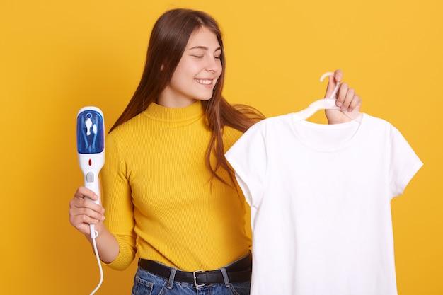 Close-upportret van glimlachende vrouw die geel toevallig overhemd dragen