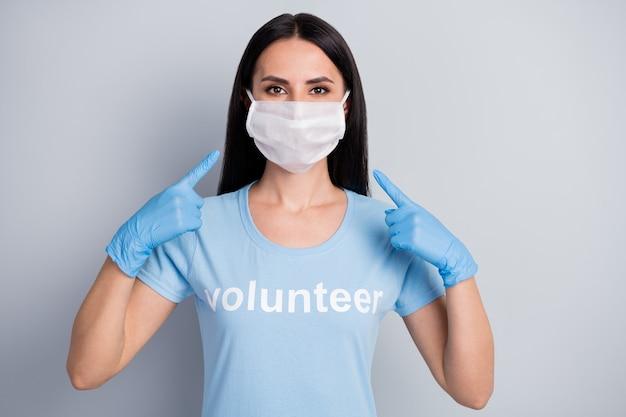 Close-upportret van haar ziet ze er mooi uit aantrekkelijk mooi mooi meisje medic doc vrijwilligerswerk werknemer baan draagt demonstrerend beschermend masker geïsoleerd over grijze pastelkleur achtergrond