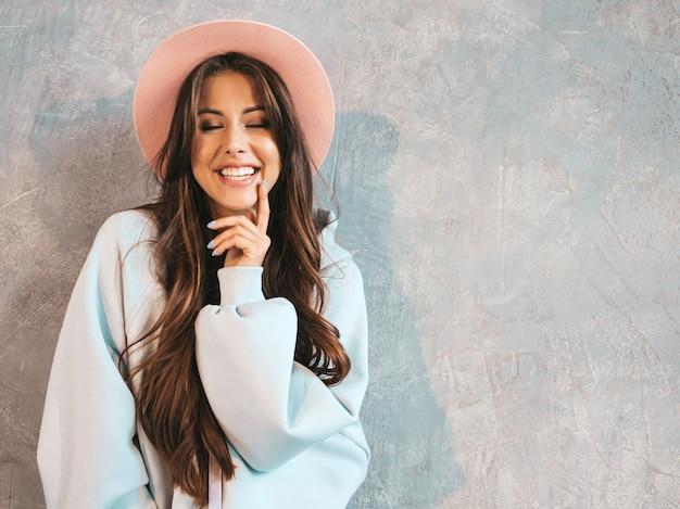 Close-upportret van het jonge mooie glimlachende vrouw kijken. trendy meisje in casual zomer hoodie en rok kleding.