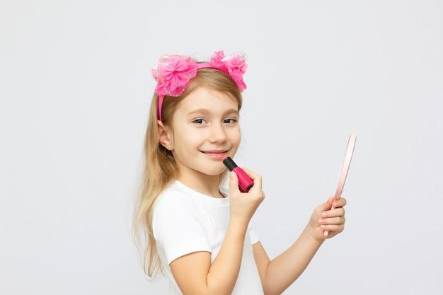 Close-upportret van het kleine meisje met lippenstift