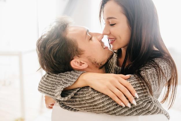 Close-upportret van het kussen van paar dat ochtend samen doorbrengt