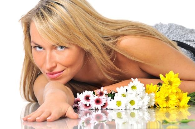 Close-upportret van het mooie vrouwelijke jonge kaukasische blonde vrouw stellen
