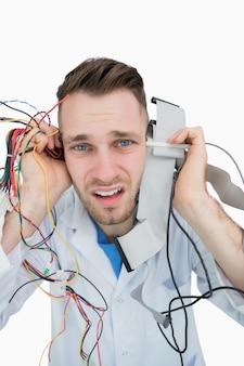 Close-upportret van het professionele schreeuwend met kabels in handen