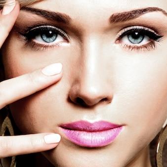 Close-upportret van jong mooi gezicht van een kaukasische vrouw