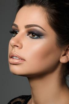Close-upportret van jonge mooie gebruinde vrouw met arabische make-up