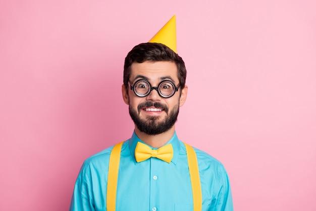Close-upportret van komische vrolijke kerelnerd die feestelijk draagt