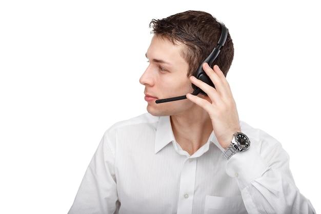 Close-upportret van mannelijke klantenservice die met hoofdtelefoon spreekt