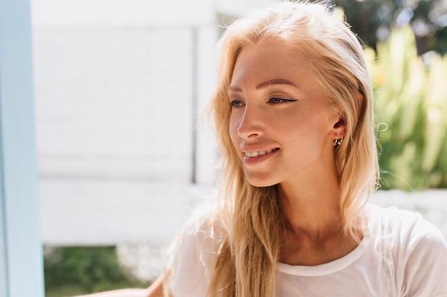 Close-upportret van meisje met licht gebruinde huid. foto van glamoureuze blonde vrouw die lacht