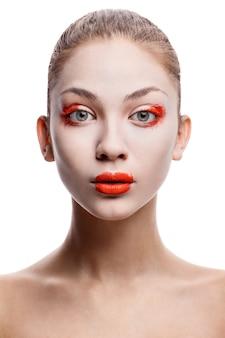 Close-upportret van mooi vrouwen modelgezicht met huidstichting op witte achtergrond