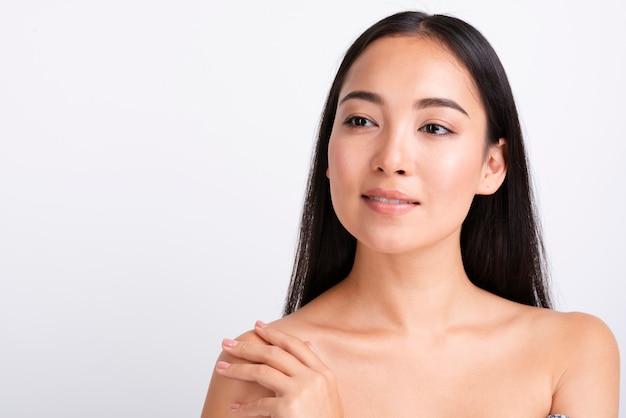 Close-upportret van mooie aziatische vrouw
