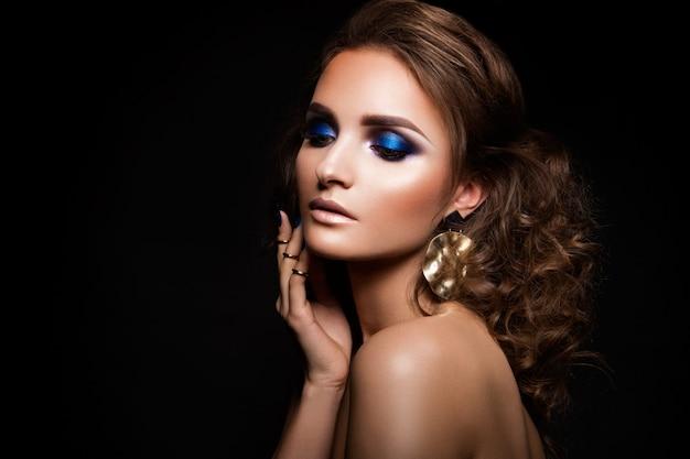 Close-upportret van mooie brunette