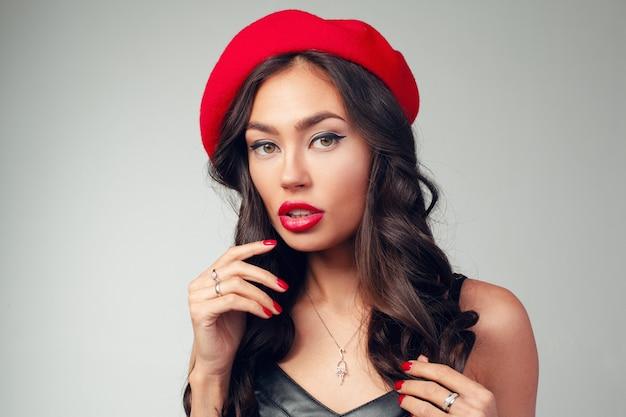 Close-upportret van mooie jonge franse vrouw met rode lippenstift