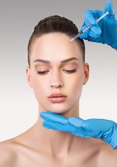 Close-upportret van mooie jonge vrouw. schoonheidsprocedure. schoonheidsbehandeling