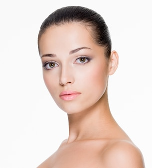 Close-upportret van mooie vrouw met frisse huid van gezicht