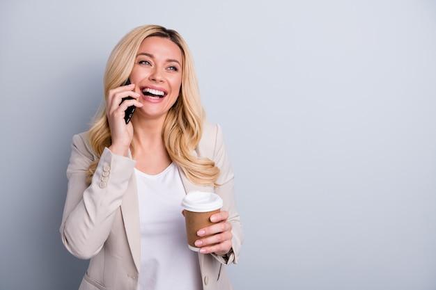 Close-upportret van schitterende vrolijke blije dame die op telefoon spreekt