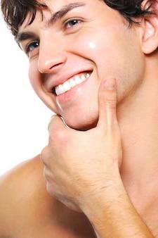 Close-upportret van schoongeschoren mannelijk gezicht met een brede glimlach