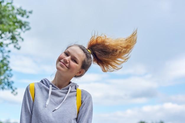 Close-upportret van tienermeisje van 14, 15 jaar oud in grijs sweatshirt