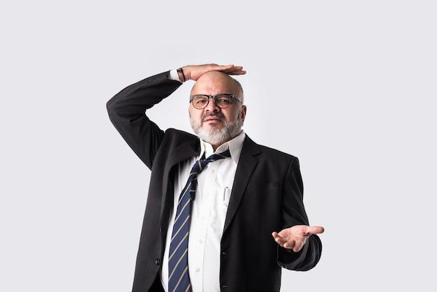 Close-upportret van verwarde indische aziatische peinzende of ongerust gemaakte hogere zakenman met verontruste uitdrukkingen of hoofdpijn