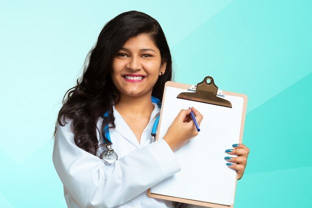 Close-upportret van vriendschappelijke, glimlachende zekere vrouwelijke indische arts
