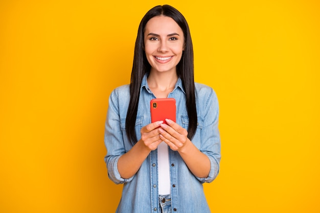 Close-upportret van vrij leuk vrolijk meisje dat in handentelefoon houdt