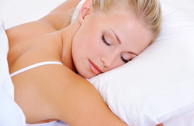 Close-upportret van vrij slapende mooie jonge vrouw