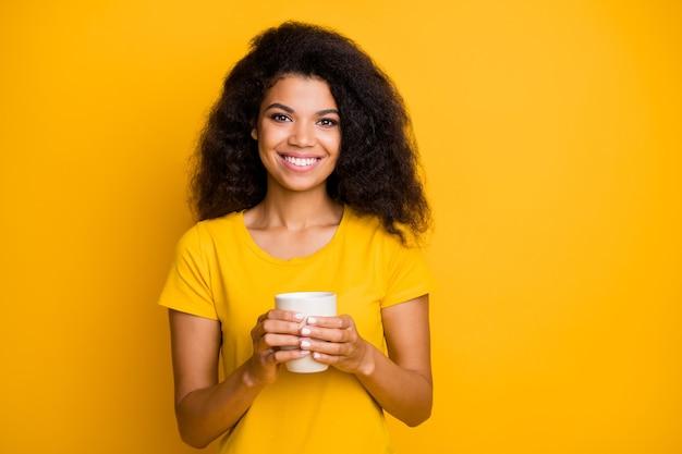 Close-upportret van vrolijk meisje dat latte drinkt