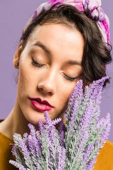 Close-upportret van vrouw en lavendel vooraanzicht