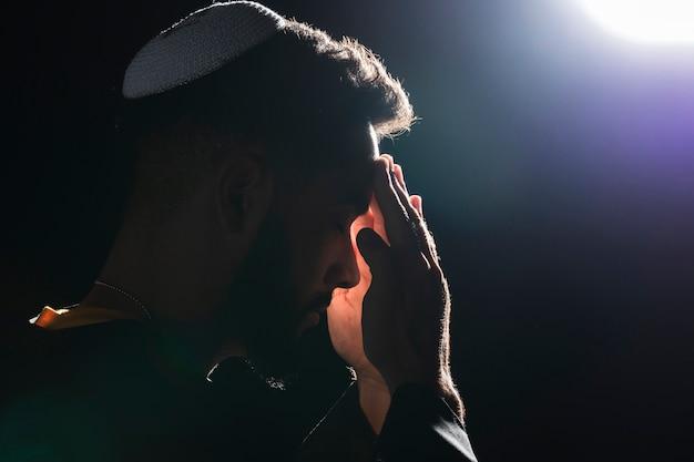 Close-uppriester die op volle maan bidden