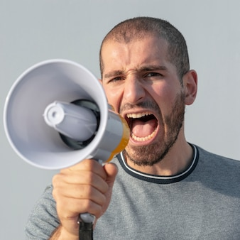 Close-upprotesteerder met megafoon het schreeuwen