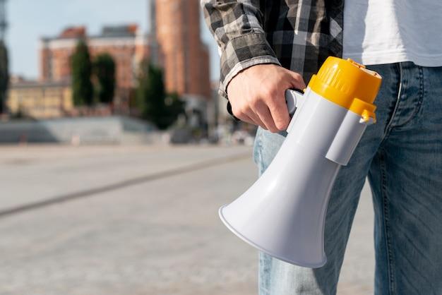 Close-upprotesteerder met megafoon voor demonstratie