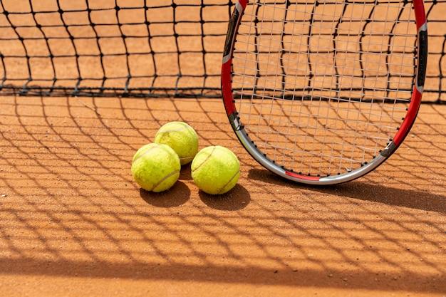 Close-upracket met tennisballen