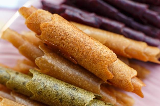 Close-upreeks kleurrijke pastillumbroodjes op dienblad.