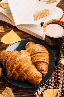 Close-uproissants dichtbij drank en boek