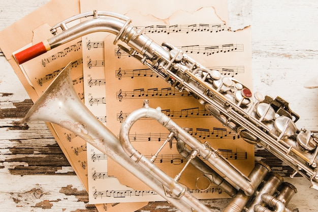 Close-upsaxofoon en trompet op bladmuziek