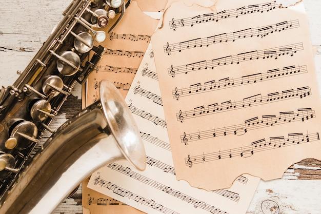 Close-upsaxofoon op bladmuziek