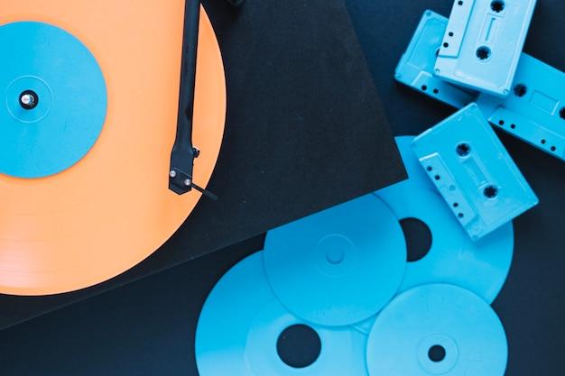 Close-upschijven en cassettes dichtbij platenspeler