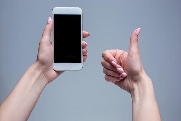 Close-upschot van een vrouw die op mobiele telefoon typen