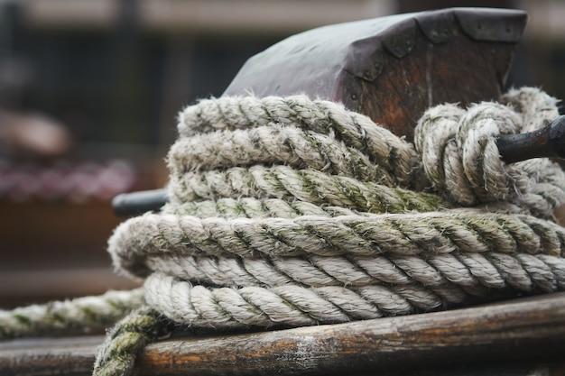 Close-upschot van een witte kabel die op hout wordt gebonden